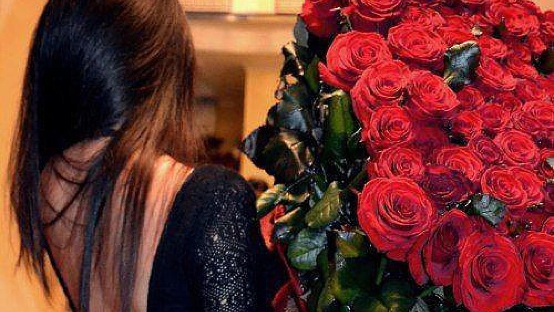 Фото девушек брюнеток с цветами сзади